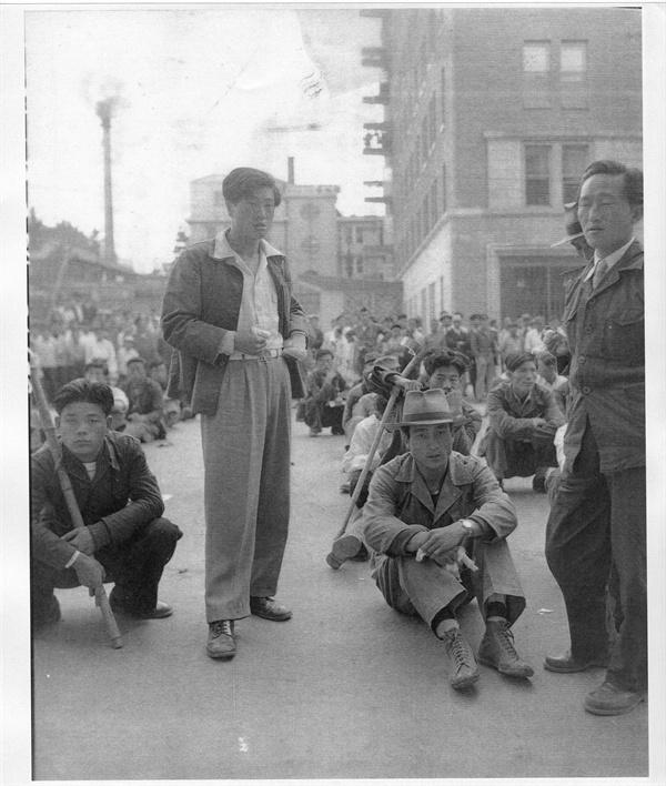 서울, 미 대사관 앞에서 제대군인 및 상이군인들이 미군철수 반대 시위를 벌이고 있다(1954. 9. 23.).
