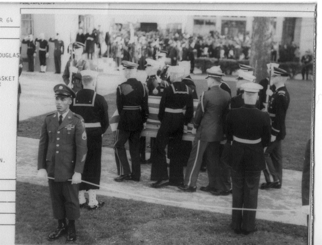 버지니아 노퍽, 맥아더 장군의 시신이 어머니의 고향으로 운구 되고 있다(1964. 4.).