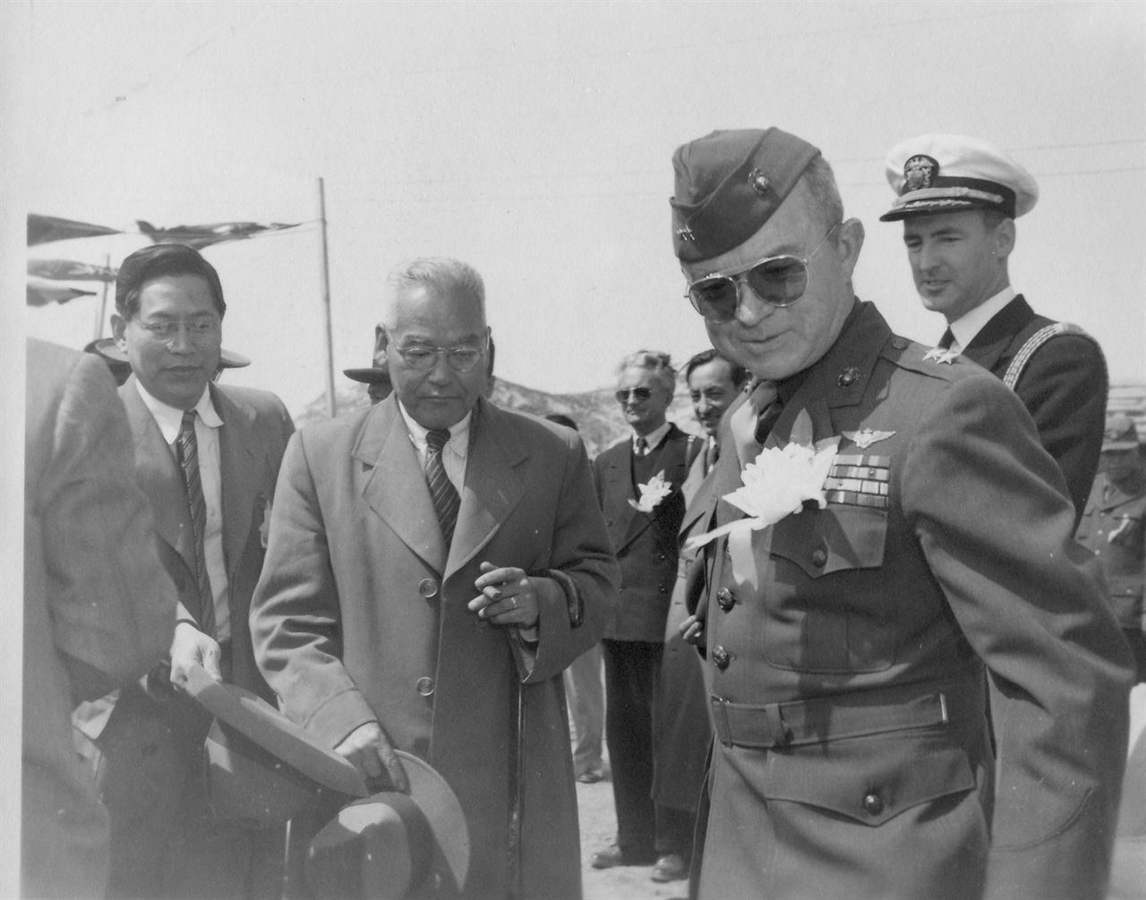 포항의 미 해병대 부대를 방문한 신익희 국회의장(가운데, 왼쪽 정일형 박사, 오른쪽 부대장 Megee 중장).