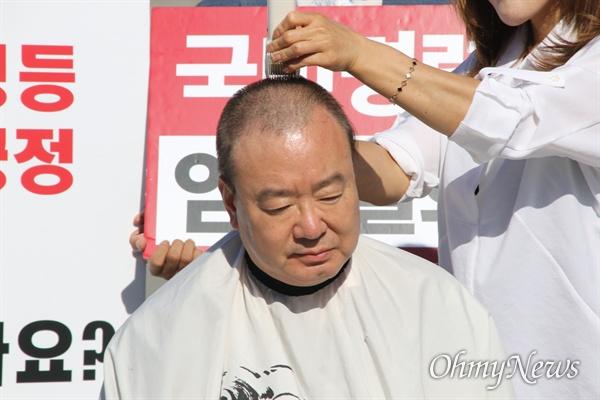 강효상 자유한국당 국회의원이 17일 오후 동대구역 앞 광장에서 조국 법무부장관 사퇴를 촉구하며 삭발을 했다.