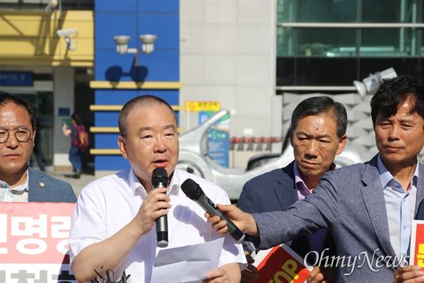 강효상 자유한국당 의원이 17일 오후 동대구역 광장에서 조국 법무부장관 사퇴를 촉구하며 삭발한 뒤 자신의 입장을 밝히고 있다.
