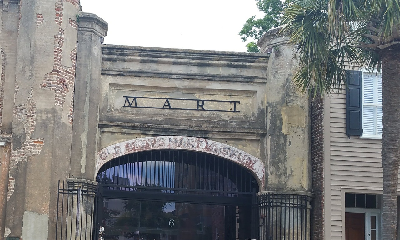 Old Slave Mart Museum 다운타운 안에 있어 원거리 촬영은 힘들며 박물관 안은 촬영이 금지되어 있다. 좌측으로 시멘트가 떨어져 나간 벽돌 담이 보인다.