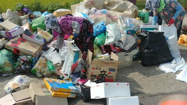 여수시 소라면은 요즘 생활쓰레기처리와 환경정비에 담당공무원과 공공근로자들이 신속하게 대응하고 있다. 하지만 힘겨워 보인다.