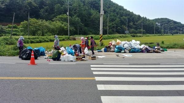 """쓰레기 수거에 나선 김 아무개(여)씨는 """"마을 앞 쓰레기 무단투기는 동네 창피""""라며 언성을 높였다. 또한 이해할 수 없는 행동이라고 했다."""