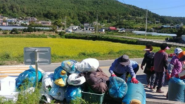 고즈넉한 풍류마을과 내다버린 쓰레기 더미가 대비를 이룬다.