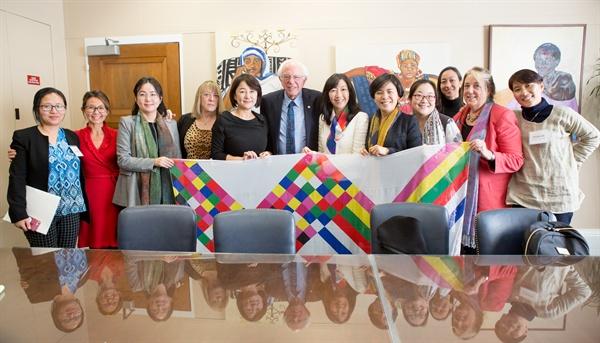 버니 샌더스와 이현정씨 샌더스 상원의원은 이현정씨(맨 오른쪽)와 조영미(오른쪽에서 다섯번째) 함께한 한국의 대표단(문정인 대통령통일외교안보특보, 이재정·권미혁·제윤경 더불어민주당 의원)들을 만나고 난 후 '한국의 평화로 가는 길'이라는 영상을 만들어 한반도 평화에 관심을 드러내기도 했다.