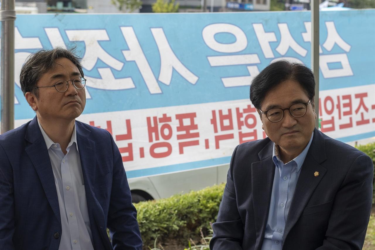 우원식 더불어민주당 의원(오른쪽)과 이원정 을지로위원회 총괄실장이 김용희 고공농성 공대위원들과 이야기를 나누고 있다.