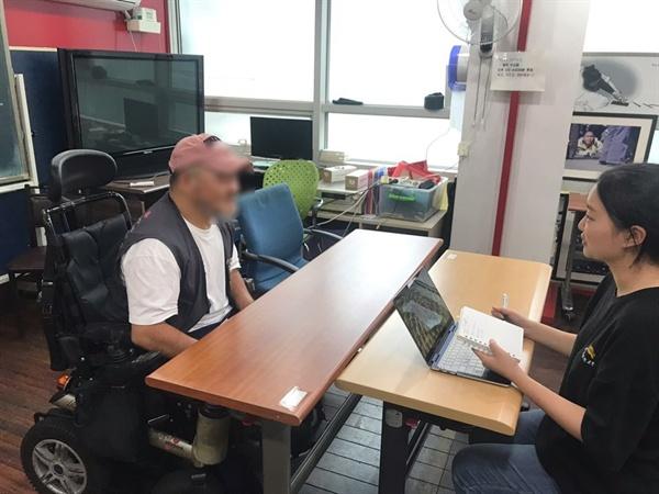 평소 K씨가 수업을 듣는 노들 장애인 야간학교의 교실에서 인터뷰를 진행했다.