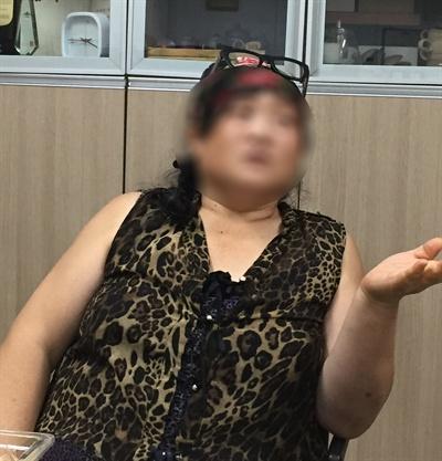 원봉공회 사무실에 인터뷰하고 있는 이수정씨