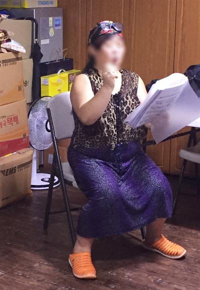 9월 10일 서울역 인근의 노숙인 이용시설인 '드림시티' 2층에서 합창 연습을 하고 있는 이수정씨. 매주 화요일 오후 두시부터 한 시간 가량 이곳에서 연습을 한다며 기자에게 보러 오라고해서 갔다. 공연 일정을 말하며 기대에 부풀어 있는 모습에서 노숙인의 어두운 그림자는 찾아볼 수 없었다.