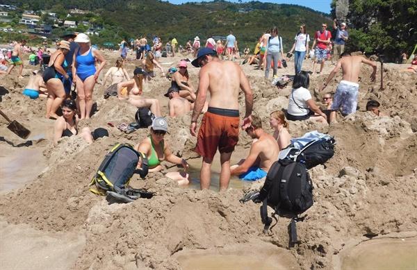 온천수와 바닷물을 적당히 섞어 온천욕을 즐기는 사람들