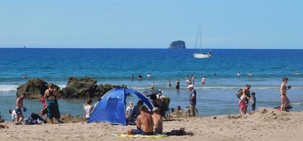 온천수가 나오는 따뜻한 바다에서 물놀이를 즐기는 사람들