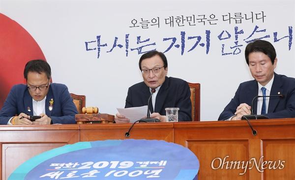 더불어민주당 이해찬 대표와 이인영 원내대표, 박주민 최고위원이 18일 국회에서 열린 최고위원회의에 참석하고 있다.