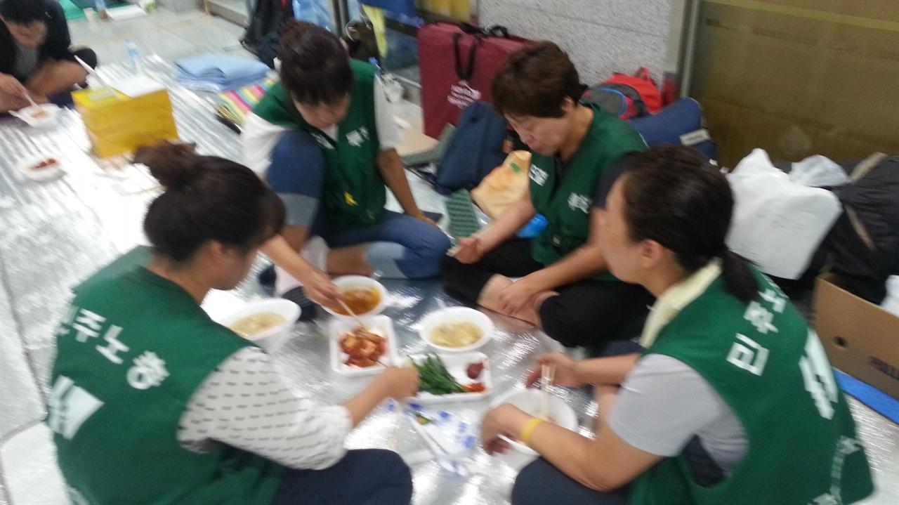 농성장에서 국밥으로 아침식사 하고 있는 요금수납노동자들