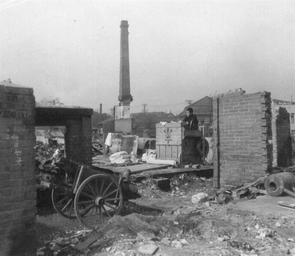 한 젊은이가 폐허가 된 집에 찾아와서 가재도구를 챙기고 있다(1950. 11. 1.).
