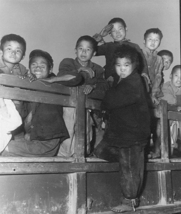 전쟁고아들이  트럭에 실려 고아원으로 가고 있다(1950. 11. 2.).