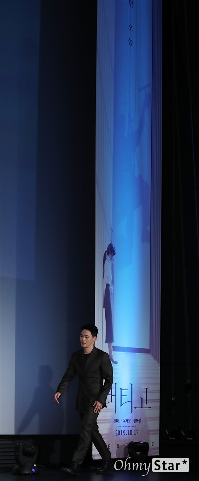 '버티고' 정재광, 돋보이는 샛별 배우 정재광이 18일 오전 서울 롯데시네마 건대입구에서 열린 영화 <버티고> 제작보고회에서 포토타임을 갖고 있다.  <버티고>는 고층빌딩 사무실에서 하루하루를 버티는 주인공과 유리창 밖의 로프공의 시선을 통해 서로 다른 세계에 대한 동경과 현시대를 살아가는 이들의 아픔을 담은 작품이다. 10월 개봉.