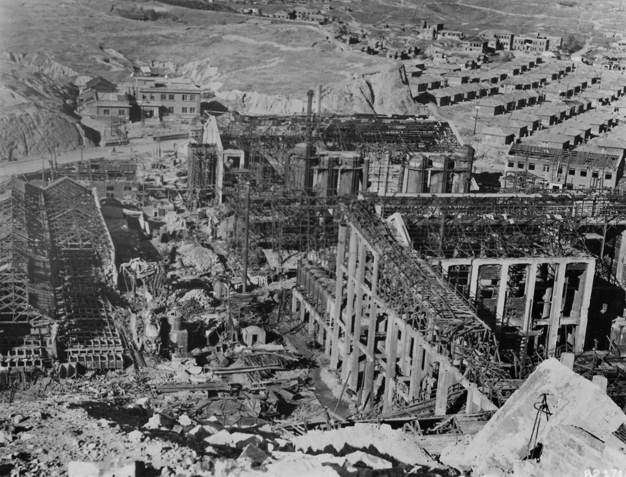 함흥,  폭격으로 잔해만 남은 흥남비료 공장(1950. 11. 6.).