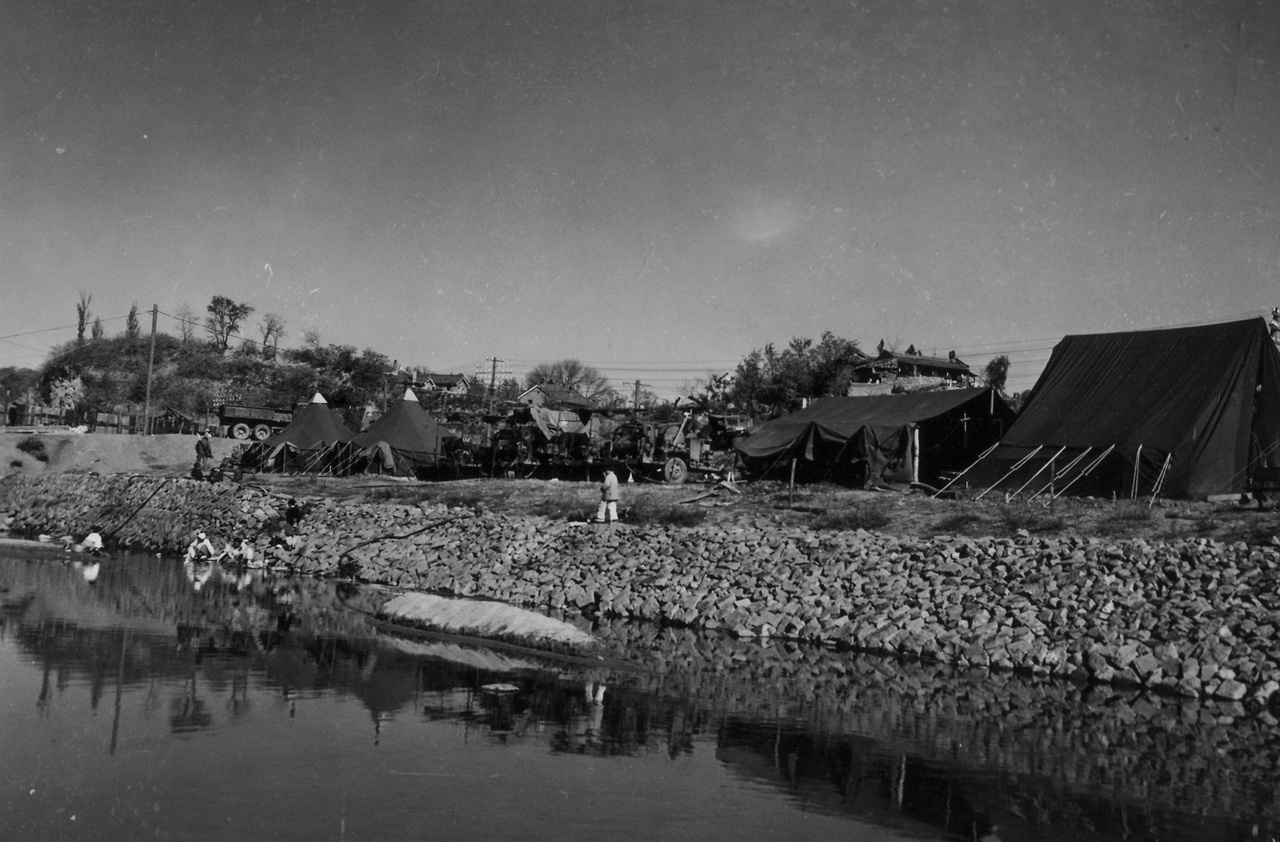 미군 부대 옆 시냇가에서 빨래하는 사람들(1950. 11. 6.).