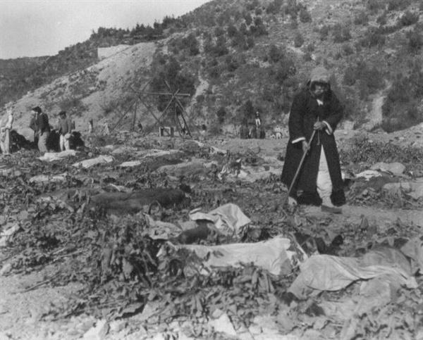 함흥 덕산 광산, 어느 아버지가 밭에 늘려져 있는 400여 구의 시신 가운데서 아들을 찾고 있다(1950. 11. 14.).