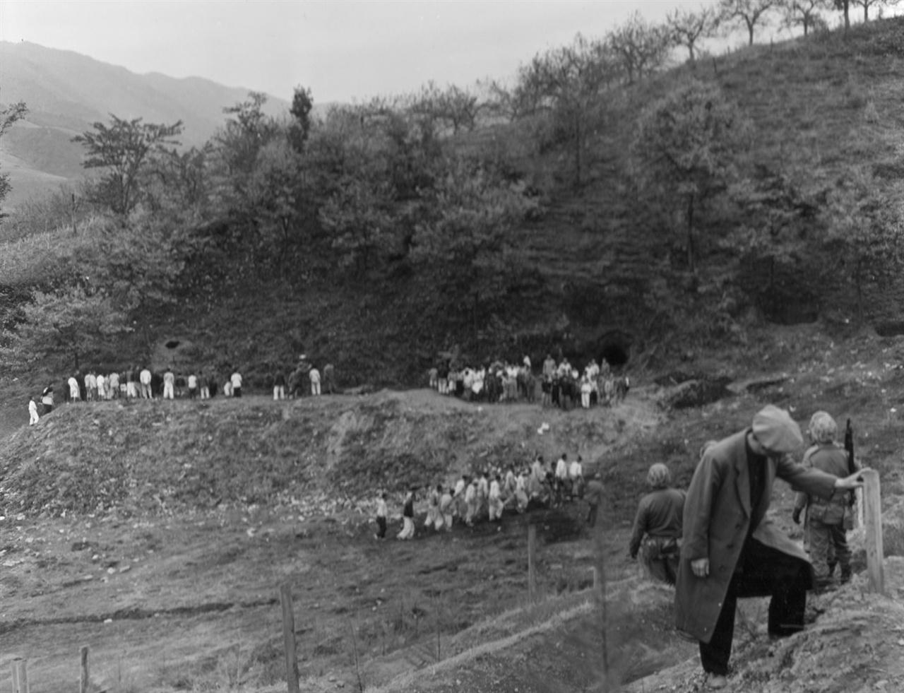 집단 학살 현장으로 암매장된 어느 산골골짜기(1950. 11. 14.).