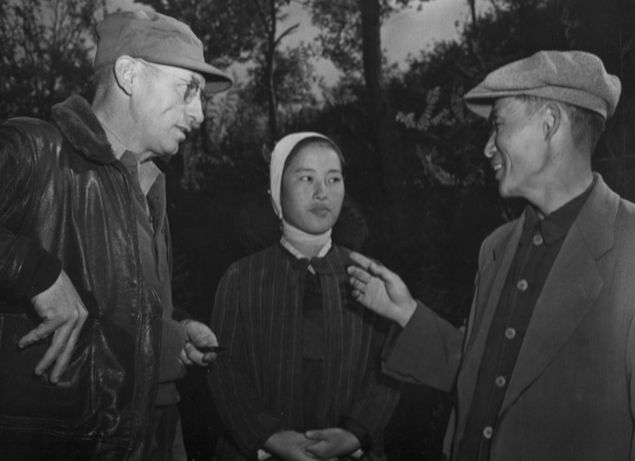집단학살 사실을 증언하는 목사와 한 여신도(1950. 11. 14.).
