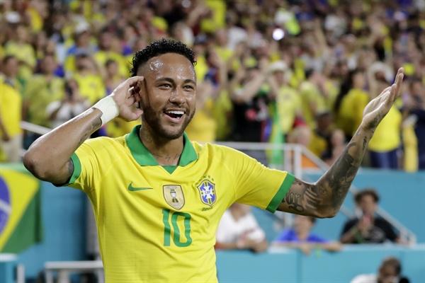 지난 6일(현지시각) 미국 플로리다주 마이애미 가든스에서 열린 콜롬비아와의 친선 경기에서 브라질 대표팀 공격수 네이마르가 전반전에 1도움을 기록하고 기뻐하고 있다.