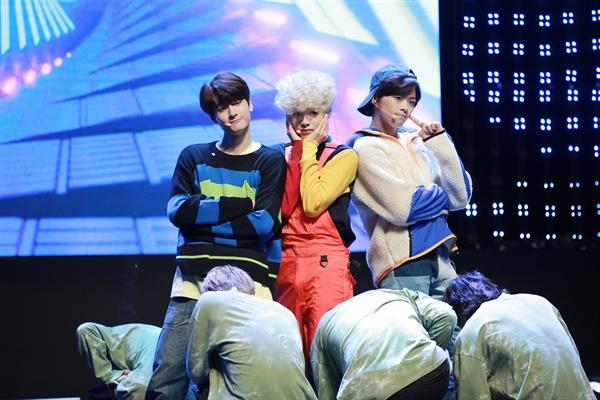 틴틴 3인조 보이그룹 틴틴(TEEN TEEN)이 미니앨범 <베리, 온 탑>을 발매하고 본격적인 활동을 시작한다. 타이틀곡은 '책임져요'다.