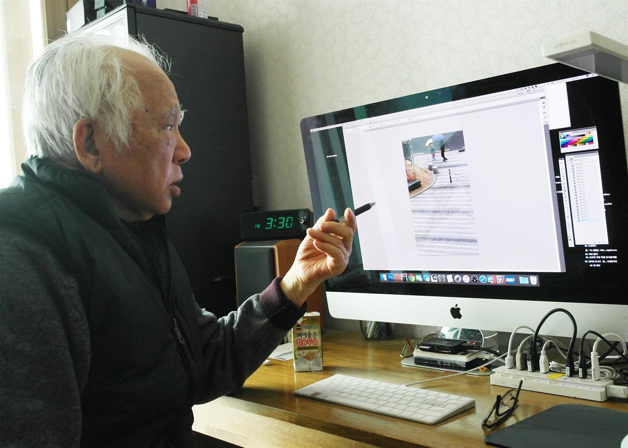 컴퓨터 작업 과정을 설명하는 신철균 작가(2018년 12월)