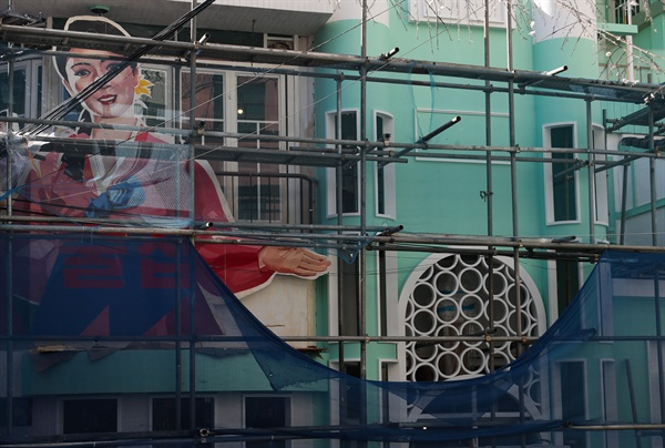 16일 경찰 등에 따르면 이날 오전 마포구 지하철 2호선 홍대입구역 인근에서 개업을 위해 공사 중인 '북한식 주점' 건물 외벽에 부착된 인공기와 김일성 부자 초상화가 철거됐다. 사진은 이날 오후 인공기와 김일성·김정일 부자 초상화가 철거된 '북한식 주점' 건물 모습.