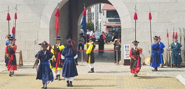 '진주성 수성중군영 교대의식'.