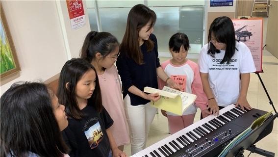 밴드악기체험 중 재즈베리(Jazzvery) 피아니스트 김나래씨와 함께 연주를 준비하는 학생들.