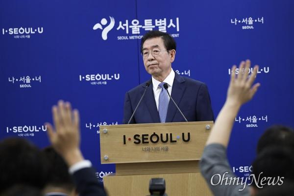 박원순 서울시장이 19일 오전 서울시청 브리핑룸에서 긴급기자회견을 열고 광화문광장 재구조화에 대해 입장을 발표하고 있다.