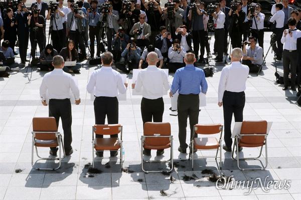 단체삭발한 한국당 의원들 자유한국당 이만희, 김석기, 최교일, 송석준, 장석춘 의원이 19일 국회 본관 앞에서 조국 법무부 장관의 파면을 촉구하며 삭발하고 있다.