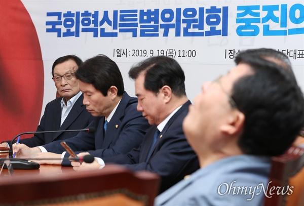 더불어민주당 이해찬 대표가 19일 국회에서 열린 국회혁신특별위원회-중진의원단 연석회의에서 참석자들의 발언을 듣고 있다.