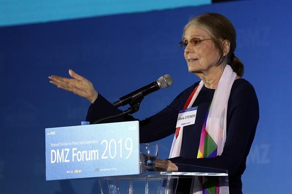 글로리아 스타이넴(Gloria STEINEM) 여사가 19일 오전 킨텍스 제1전시관 3층 그랜드볼룸홀에서 열린 'DMZ 포럼 2019 개회식'에서 기조연설을 하고 있다.