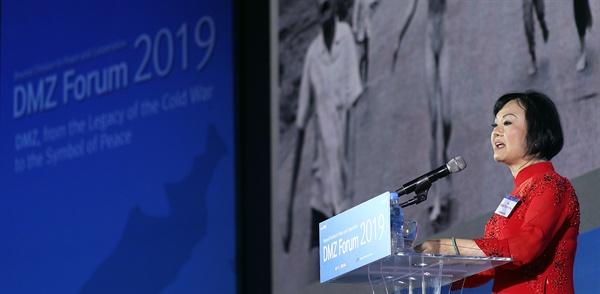 판티 킴푹(PHAN THI Kim Phuc) 여사가 19일 오전 킨텍스 제1전시관 3층 그랜드볼룸홀에서 열린 'DMZ 포럼 2019 개회식'에서 기조연설을 하고 있다.