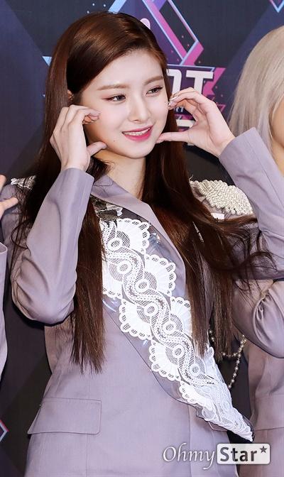 '엠카' 에버글로우 이런, 톡 터지는 과즙미 에버글로우의 이런이 19일 오후 서울 상암동 CJ ENM에서 열린 <엠카운트다운> 포토월 행사에서 포토타임을 갖고 있다.