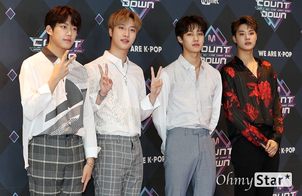 '엠카' 아이즈, 젠틀한 청년들 아이즈가 19일 오후 서울 상암동 CJ ENM에서 열린 <엠카운트다운> 포토월 행사에서 포토타임을 갖고 있다.