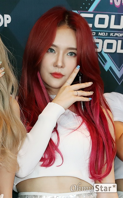 '엠카' ANS 로연, 데뷔 인사 ANS의 로연이 19일 오후 서울 상암동 CJ ENM에서 열린 <엠카운트다운> 포토월 행사에서 포토타임을 갖고 있다.