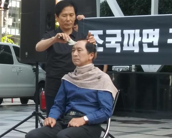 김기현 전 울산시장이 19일 오후 2시 울산 남구 삼산동 롯데백화점 광장에서 삭발을 하고 있다