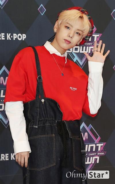'엠카' 장대현, 소년다운 인사 가수 장대현이 19일 오후 서울 상암동 CJ ENM에서 열린 <엠카운트다운> 포토월 행사에서 포토타임을 갖고 있다.