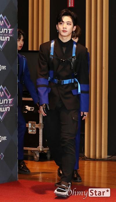 '엠카' X1 김요한, 센터다운 걸음 X1의 김요한이 19일 오후 서울 상암동 CJ ENM에서 열린 <엠카운트다운> 포토월 행사에서 입장하고 있다.