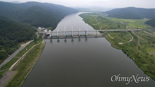 4대강 사업으로 낙동강에 세워진 경남 창녕합천보. 보 왼쪽이 합천군, 오른쪽이 창녕군이다.