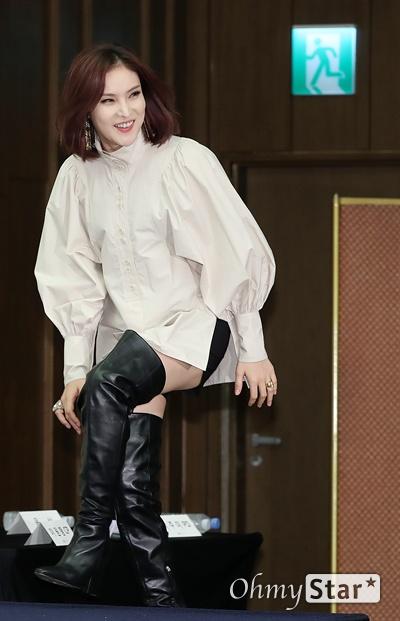 '노래에 반하다' 거미, 조정석처럼 달려 가수 거미가 19일 오후 서울 상암동의 한 호텔에서 열린 XtvN <노래에 반하다> 제작발표회에서 포토타임을 갖고 있다. <노래에 반하다>는 목소리만으로 교감하던 남녀가 듀엣 공연에서 처음 서로의 모습을 확인한 뒤 매칭에 성공한 커플끼리의 듀엣 공연을 통해 최고의 커플을 가리는 러브 듀엣 리얼리티 프로그램이다. 20일 금요일 오후 7시 40분 첫 방송.