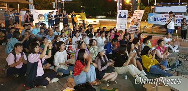 """아베규탄경남행동은 9월 19일 저녁 창원 한서병원 앞 광장에서 """"아베 규탄 노래 가사 바꿔 부르기 대회""""를 열었다."""