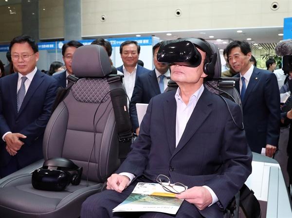 더불어민주당 이해찬 대표가 20일 오전 국회 의원회관에서 열린 더불어 2019 정책페스티벌에서 자율주행 자동차 시뮬레이터를 체험하고 있다.