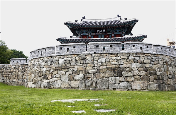 복원된 옛 나주읍성의 동쪽 동점문. 나주시내에는 옛 나주읍성의 동서남북 4대 문이 복원돼 있다.