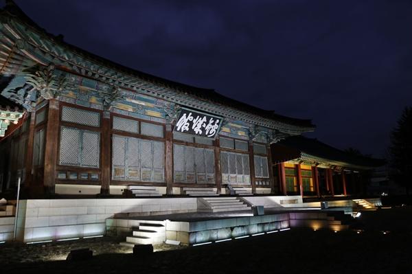 금성관의 밤 풍경. 금성관은 옛 나주목의 관아였다. 그 역사성과 상징성으로 최근 보물로 지정 예고됐다.