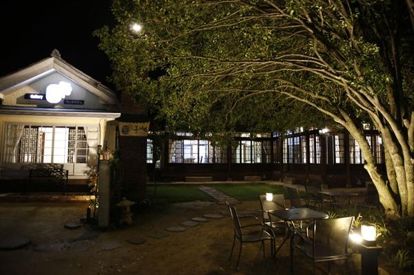 목서원의 밤 풍경. 한옥과 일본식, 서양식이 한데 어우러진 집이 색다른 느낌을 안겨준다.